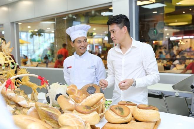 Cong Vinh hoc lam banh mi tang ba xa Thuy Tien hinh anh 2