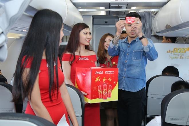 Hanh khach hao hung voi may bay mang hinh anh Coca-Cola hinh anh 4