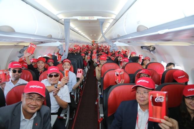 Hanh khach hao hung voi may bay mang hinh anh Coca-Cola hinh anh 5
