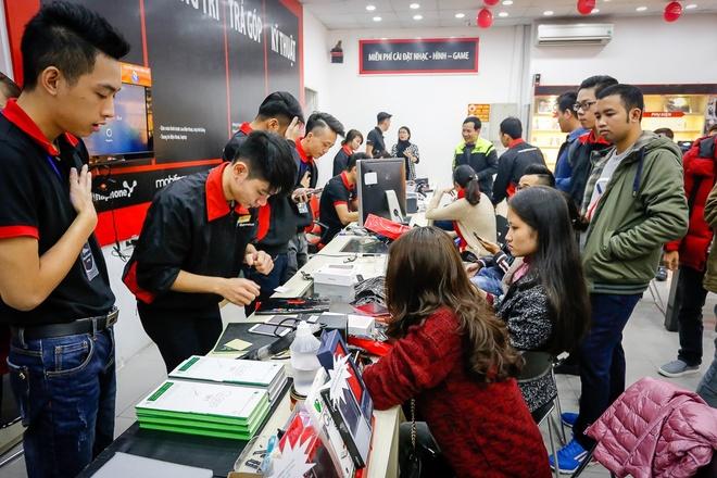 Khach mua iPhone 7 tai FPT Shop trung MacBook hinh anh 2