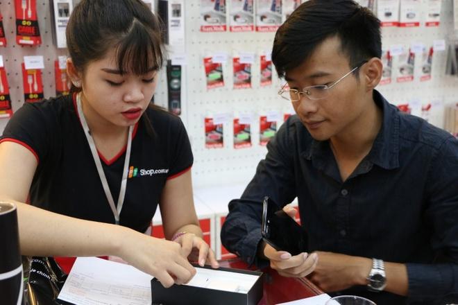 Khach mua iPhone 7 tai FPT Shop trung MacBook hinh anh 3