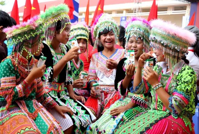 Vinamilk mang 'Sua hoc duong' den voi tre em Dak Nong hinh anh 8