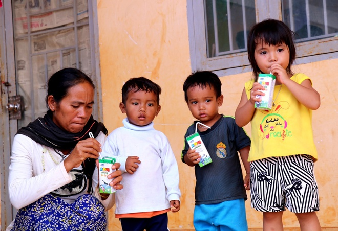Vinamilk mang 'Sua hoc duong' den voi tre em Dak Nong hinh anh 9