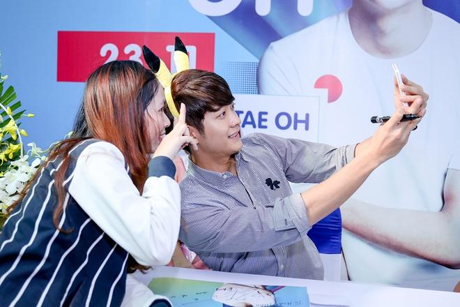 Khoanh khac Kang Tae Oh than thiet voi fan Viet hinh anh 4
