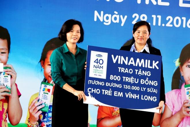 Vinamilk trao tang gan 130.000 ly sua cho tre em Vinh Long hinh anh 2