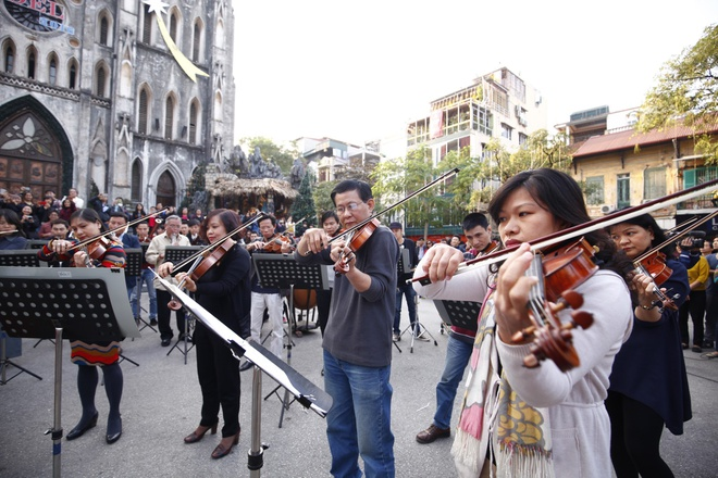 Khan gia Ha thanh hao hung voi dan giao huong flashmob hinh anh 2