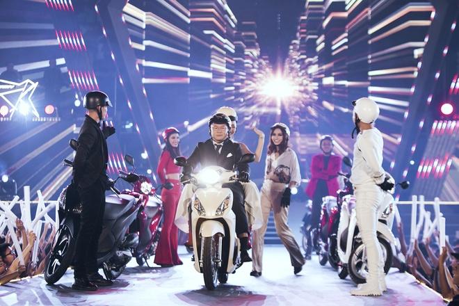 My Tam remix cac ban hit, Toc Tien di xe may len san khau hinh anh 1