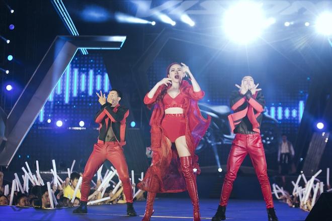 My Tam remix cac ban hit, Toc Tien di xe may len san khau hinh anh 3