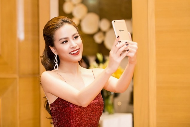 Hoang Thuy Linh dien vay day sexy chup selfie hinh anh 1