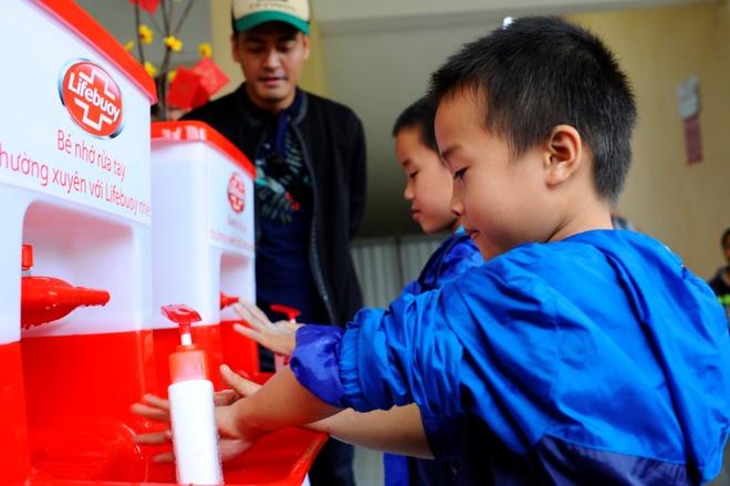 Phan Anh: 'Toi muon trao Tet cho ba con vung lu mien Trung' hinh anh 9