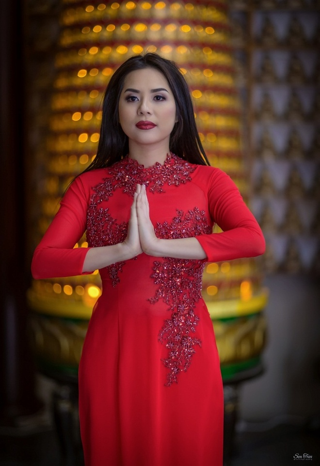 Hoa hau Nguoi Viet The gioi 2017 di le chua dau nam hinh anh 1