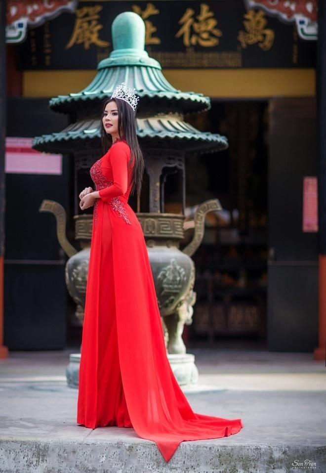 Hoa hau Nguoi Viet The gioi 2017 di le chua dau nam hinh anh 5