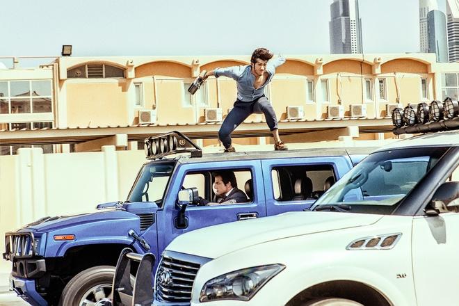 Thanh Long pha huy hon 70 sieu xe o Dubai de lam phim hinh anh