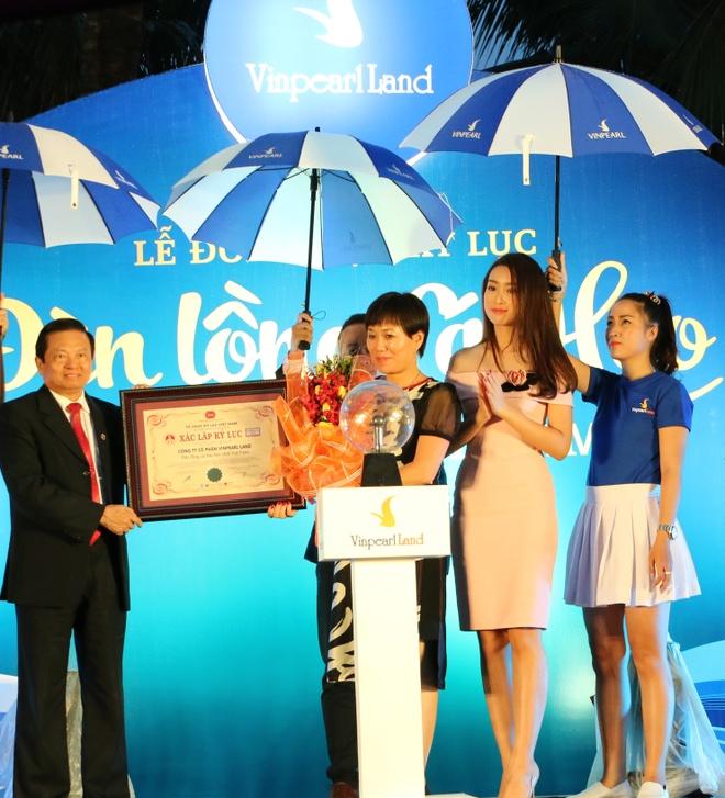 Vinpearl Land Nha Trang lap ky luc moi voi den long ca heo hinh anh 2