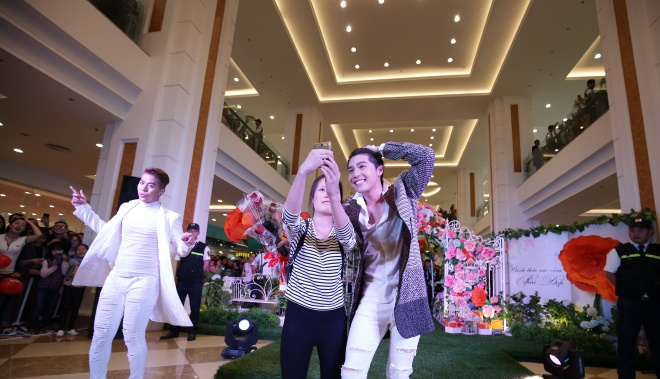 Noo Phuoc Thinh do mo hoi, selfie cung fan tren san khau hinh anh 7