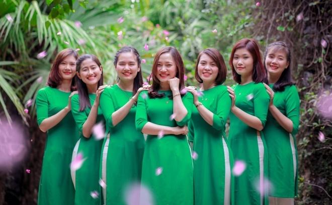 Phai dep khoe dang tren pho voi ao dai trong dip 8/3 hinh anh 1