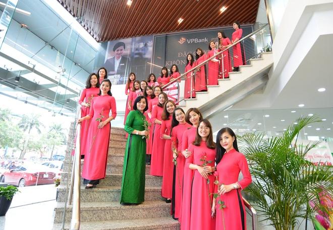 Phai dep khoe dang tren pho voi ao dai trong dip 8/3 hinh anh 14