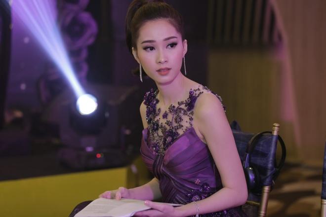Hoa hau Dang Thu Thao khoe duong cong voi vay da hoi tim hinh anh