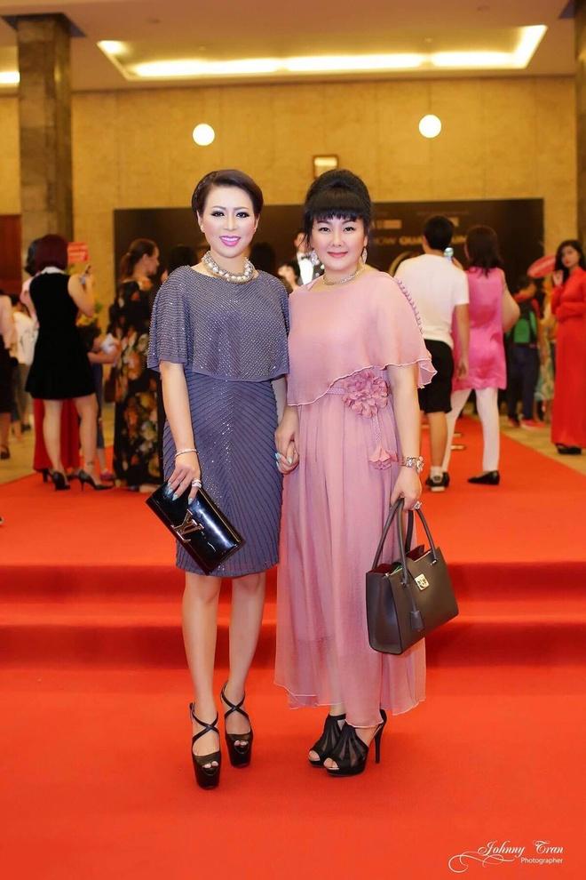 Hoa hau Kristine Thao Lam lai xe sang di xem liveshow hinh anh 3