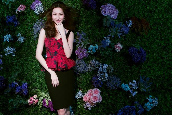 HH Dang Thu Thao tiep tuc lam dai su Elise 2017 trong BST da sac hoa hinh anh 3