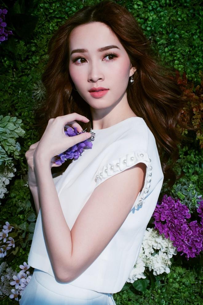 HH Dang Thu Thao tiep tuc lam dai su Elise 2017 trong BST da sac hoa hinh anh 6