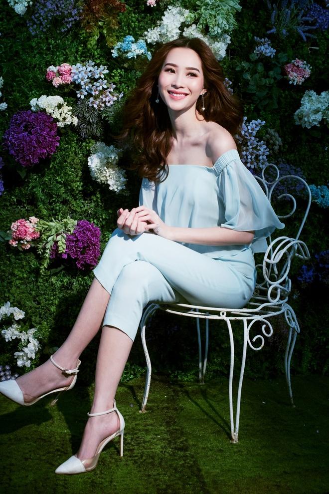 HH Dang Thu Thao tiep tuc lam dai su Elise 2017 trong BST da sac hoa hinh anh 9
