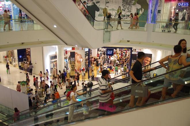 100 thuong hieu tham gia 'Sale khung den nua dem' tai Crescent Mall hinh anh 2