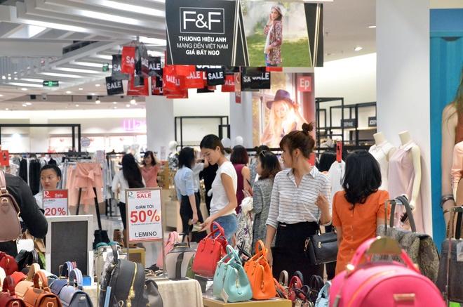100 thuong hieu tham gia 'Sale khung den nua dem' tai Crescent Mall hinh anh 3
