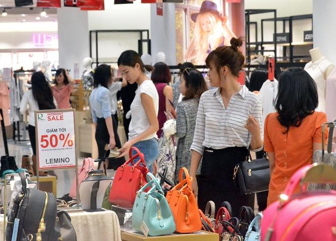 100 thuong hieu tham gia 'Sale khung den nua dem' tai Crescent Mall hinh anh