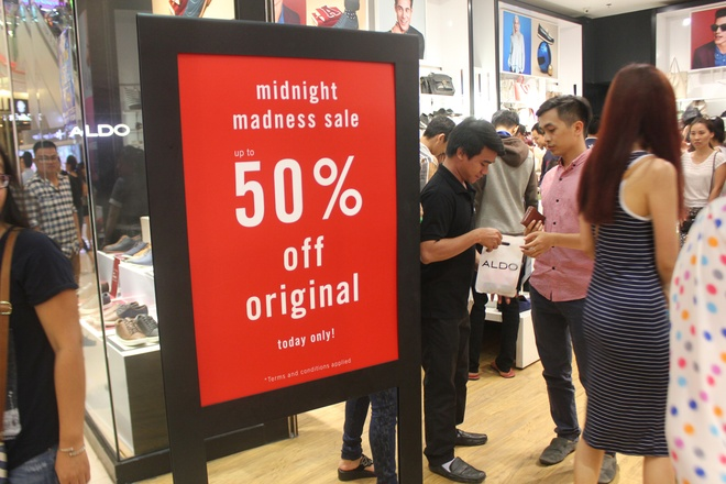 100 thuong hieu tham gia 'Sale khung den nua dem' tai Crescent Mall hinh anh 4