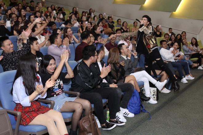 Noo Phuoc Thinh hat hang loat ban hit tai mini concert Singapore hinh anh 7