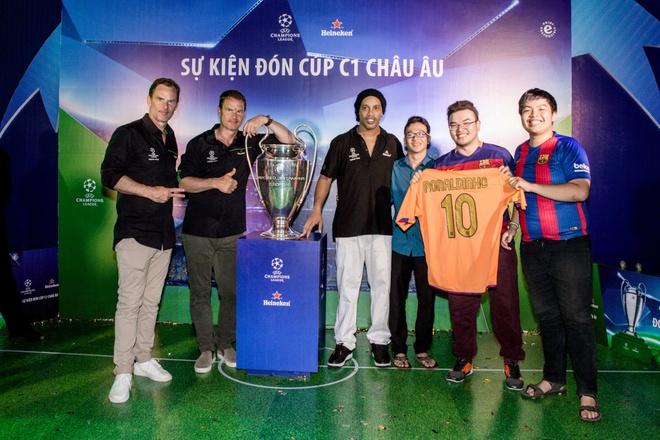 Khong khi le hoi don cup C1 cung Ronaldinho, anh em De Boer va Seedorf hinh anh 5