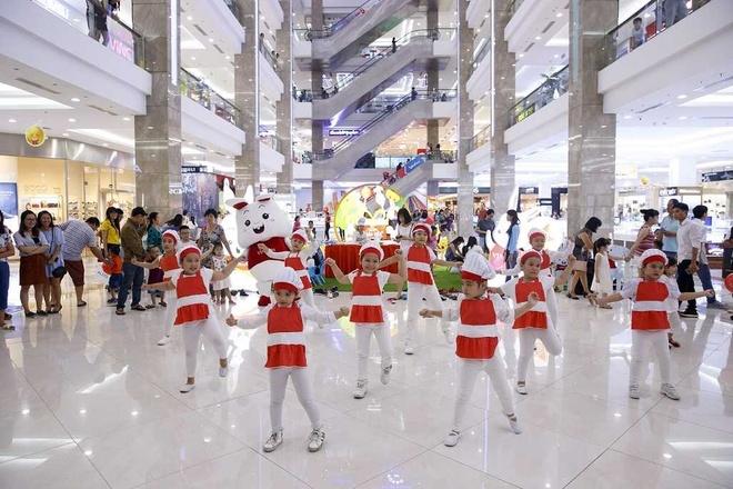Sieu trang doc dao tai Vincom Mega Mall Royal City hut khach tham quan hinh anh 8