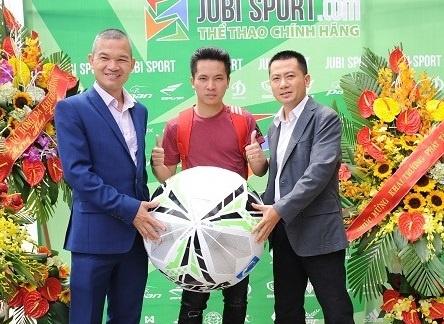 VDV tang bong Do Kim Phuc du khai truong cua hang the thao Jubisport hinh anh