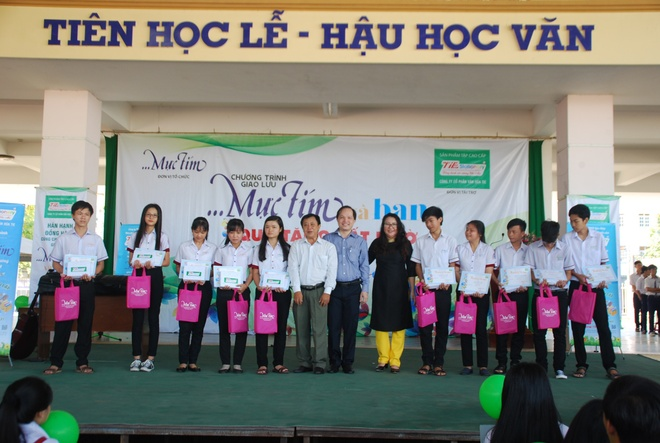 Hoc sinh Can Tho hao hung tai le trao hoc bong 'Vi tuong lai Viet Nam' hinh anh 1