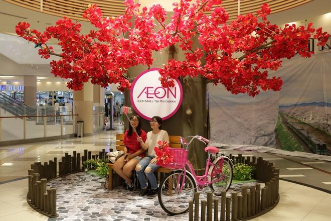 Gioi tre check-in voi hoa phuong khong lo o AEON Mall Tan Phu Celadon hinh anh 1