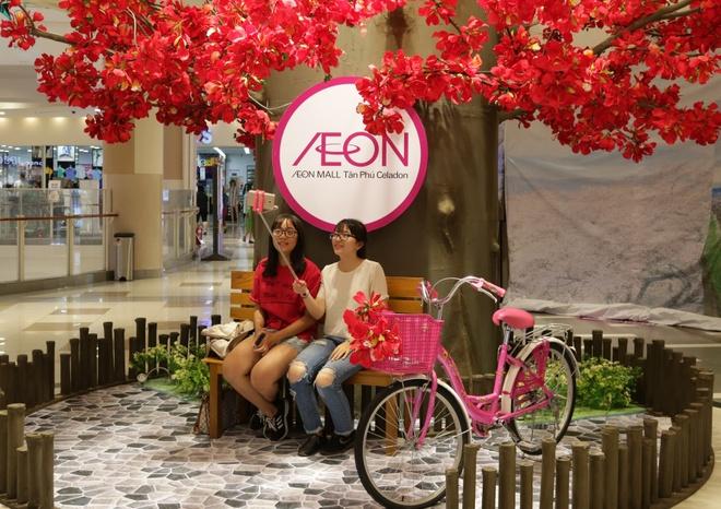 Gioi tre check-in voi hoa phuong khong lo o AEON Mall Tan Phu Celadon hinh anh