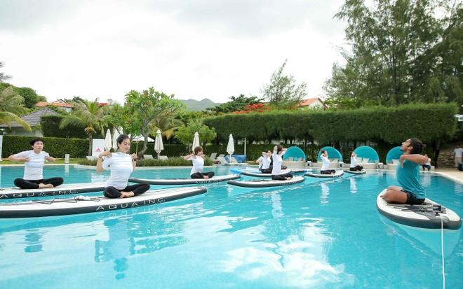 Mai Ngo, Viet My, Chau Tuyet Van cung tap yoga tren mat nuoc hinh anh 1