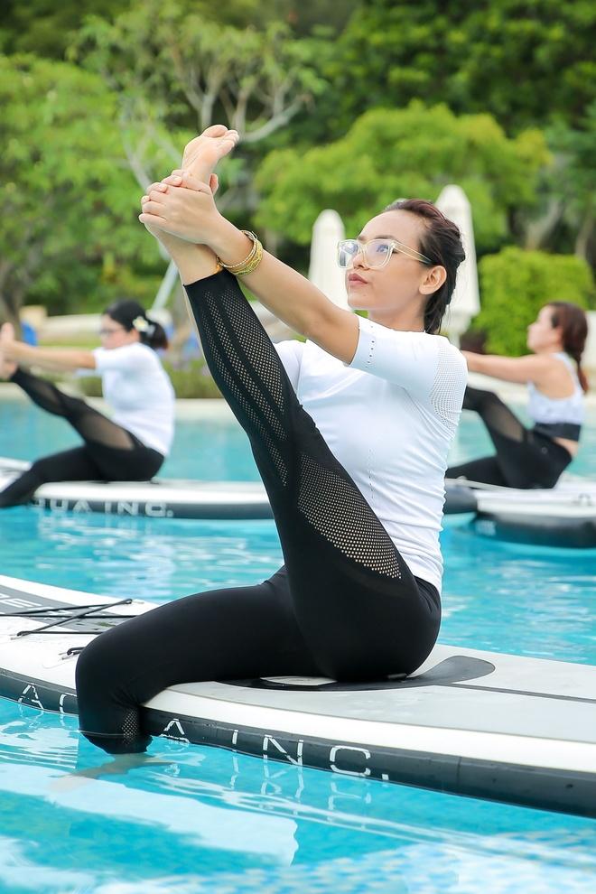Mai Ngo, Viet My, Chau Tuyet Van cung tap yoga tren mat nuoc hinh anh 2