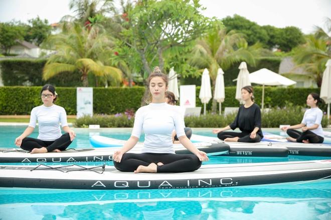 Mai Ngo, Viet My, Chau Tuyet Van cung tap yoga tren mat nuoc hinh anh 3