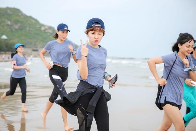 Mai Ngo, Viet My, Chau Tuyet Van cung tap yoga tren mat nuoc hinh anh 5