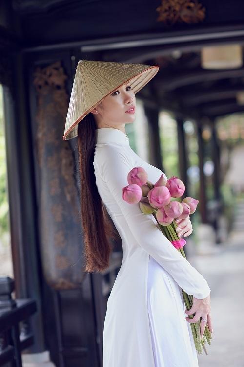 Nguoi dep Hoa hau Hoan vu khoe net dep tinh khoi voi ao dai trang hinh anh 5