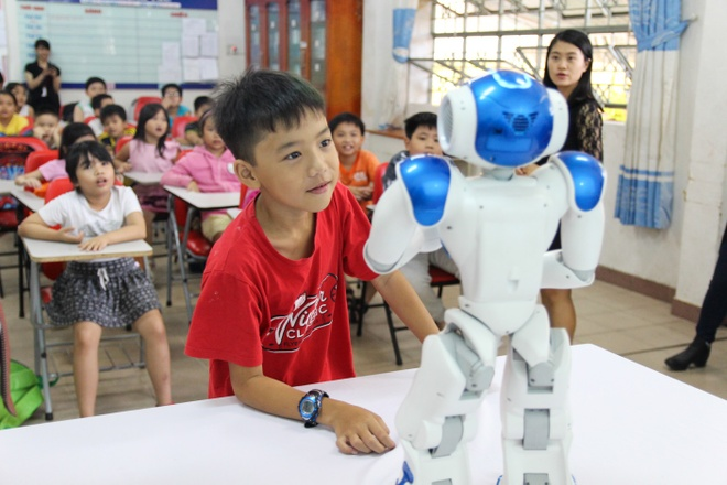 Ben trong lop hoc tieng Anh voi thay giao robot hinh anh 1