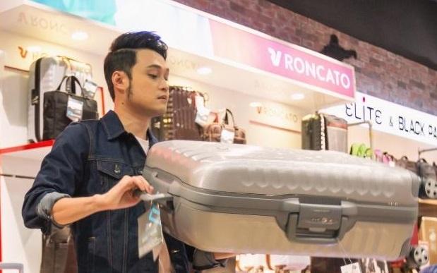 Quang Vinh chon mua vali tai showroom Roncato dau tien o Viet Nam hinh anh