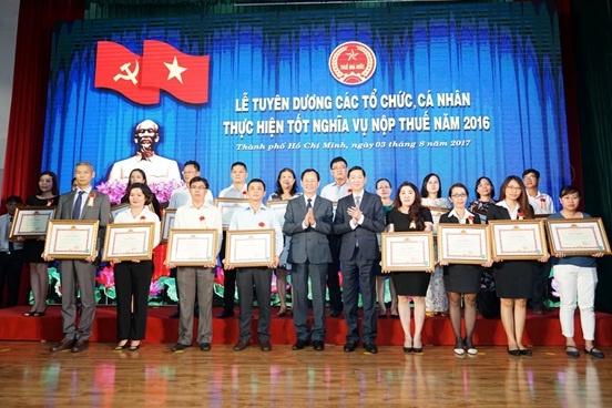 Nhua Long Thanh nhan bang khen thuc hien tot nghia vu thue 2016 hinh anh 3