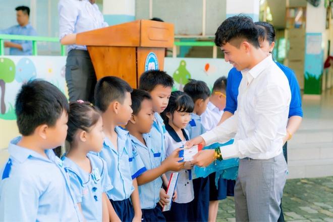 Cong ty Nhua Long Thanh trao hoc bong cho hoc sinh kho khan hinh anh 1