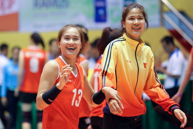 Hoa khoi bong chuyen Linh Chi: 'Thi dau xa, chi cho bo me dong vien' hinh anh