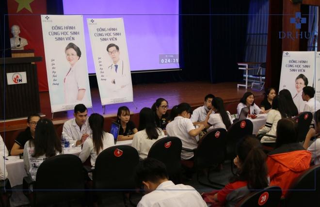 Dr.Hue dong hanh cung sinh vien Dai hoc Cong nghiep TP.HCM hinh anh 1