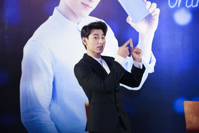 Isaac song ca, selfie cung fan hinh anh 1