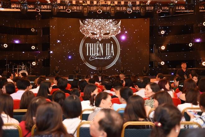 Dam Vinh Hung, Hoai Lam than thiet nhu cha con trong dem nhac o Ha Noi hinh anh 1